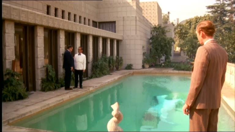 """В бассейне эксцентричного арт-директора Тодд обнаруживает... скульптуру лошади. А на этом кадре - своего рода """"привет"""" Дэ"""