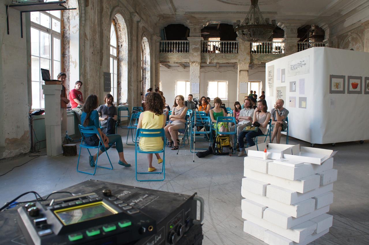 Одна из встреч выставки-дискуссии [Текстологии] (Четверть, июнь 2013)