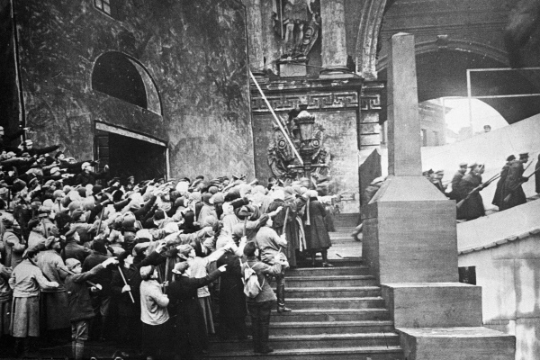 кадр из инсценировки «Взятие Зимнего дворца», 1920 г. реж. Н. Евреинов.