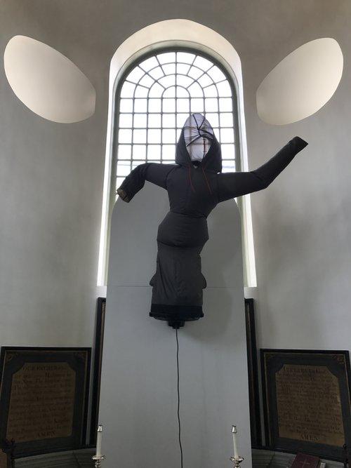 Paul Chan. Pillowsophia (After Pope Biggie) (2017) Вид на китч-величественную инсталляцию