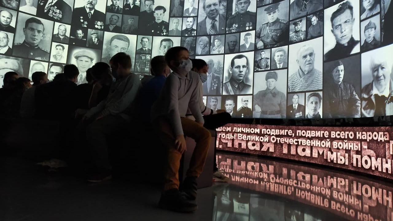 """Стена из фотографий в музее """"Зоя"""""""
