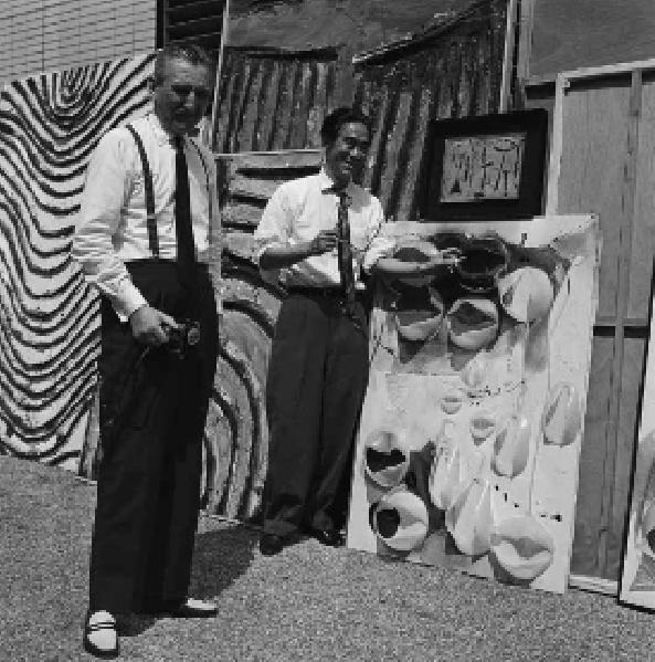 Пинакотека Гутай, Осака, октябрь 1963 года. Мишель Тапье и Дзиро Йосихара перед работой Цуёси Маэкавы. Courtesy:https://