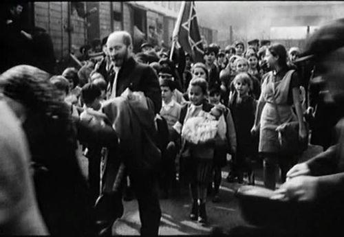 Януш Корчак с детьми садится в поезд в Треблику. Кадр из фильма Анджея Вайды