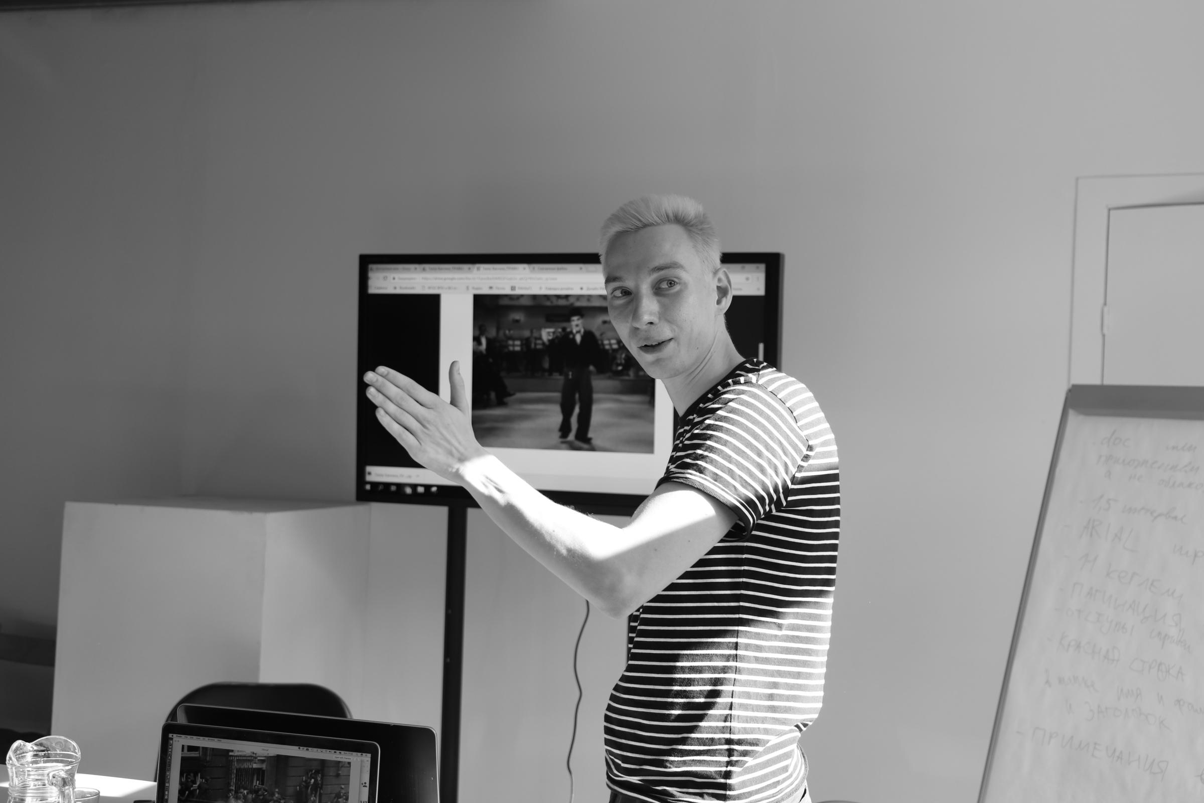 Теоретик Борис Клюшников на лекции в Базе, 2019. Фото Анны Сапожниковой.