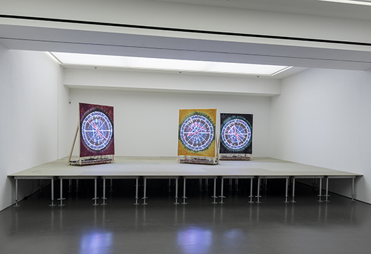 Ei Arakawa. Performance People (2018) вид на сцену с перформативными объектами