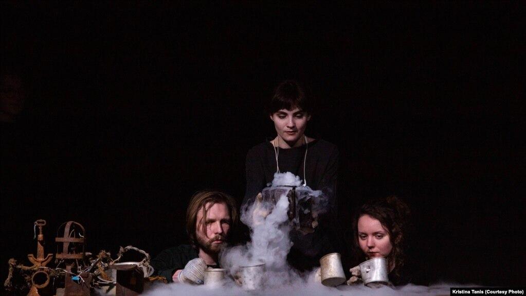 Фрагмент из спектакля «Наблюдатели». Фото: Анна Ставрианиди