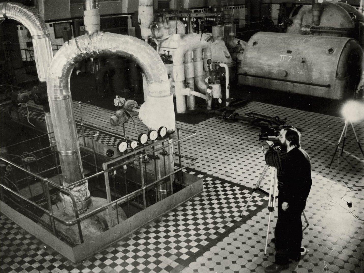 Кинооператор в цехе ГЭС© Музей истории Мосэнерго