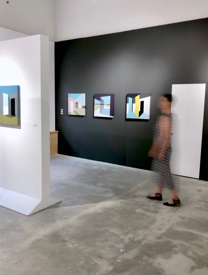 """Фрагмент экспозиции """"здесь почти как дома"""" в галерее """"Дом молодежи""""."""