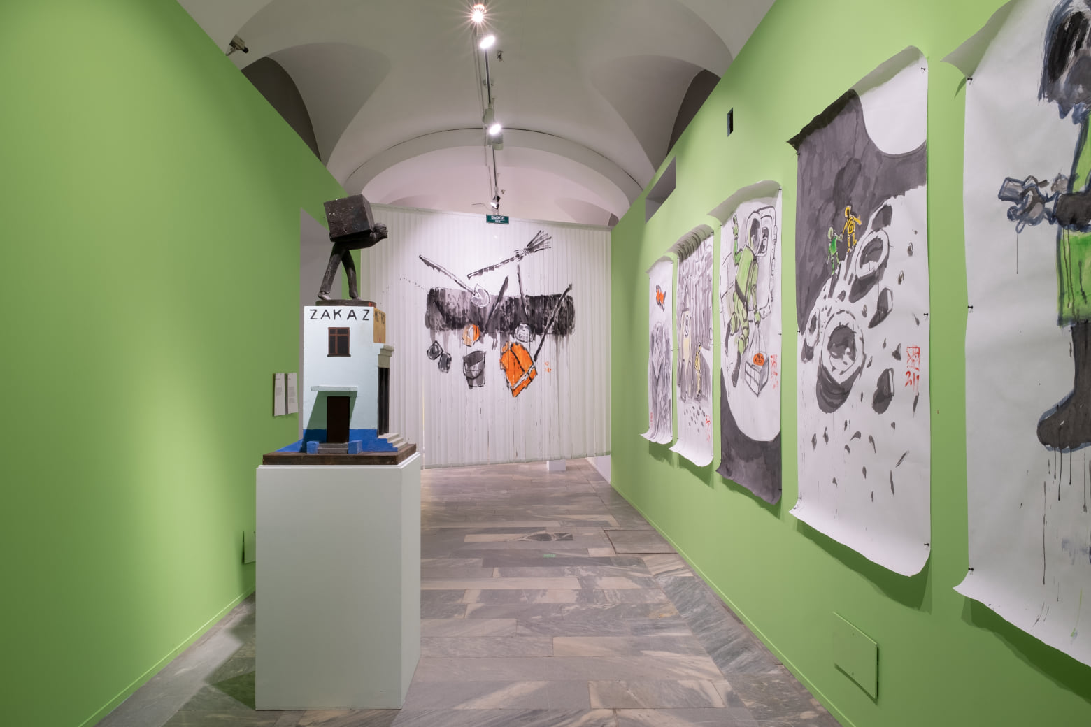 Скульптура «Курьер» Александра Повзнера и графика Алексея Иорша. Фрагмент экспозиции. Фотографии Research Arts (2020)
