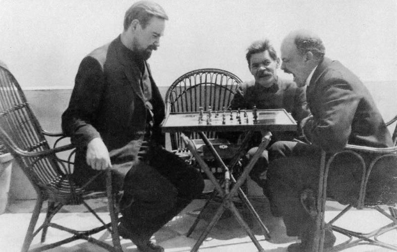 Ленин в гостях у Горького на Капри играет в шахматы с Богдановым. 1908