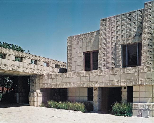 Эннис-хаус пострадал от землетрясения, пережил несколько реставраций