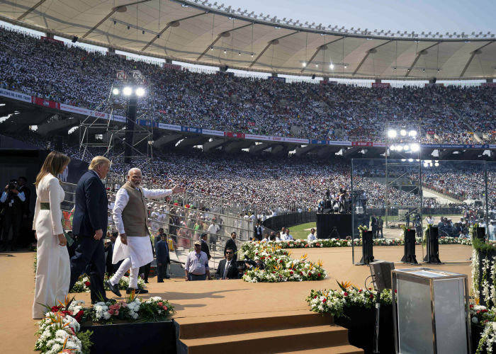 Нарендра Моди и президент США с женой Меланией на многолюдном митинге в Ахмедабаде 24 февраля во время пышного официально