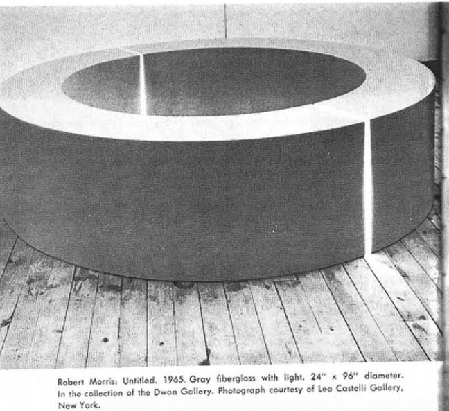 Роберт Моррис. Без названия. 1965. Серый стеклопластик с подсветкой.