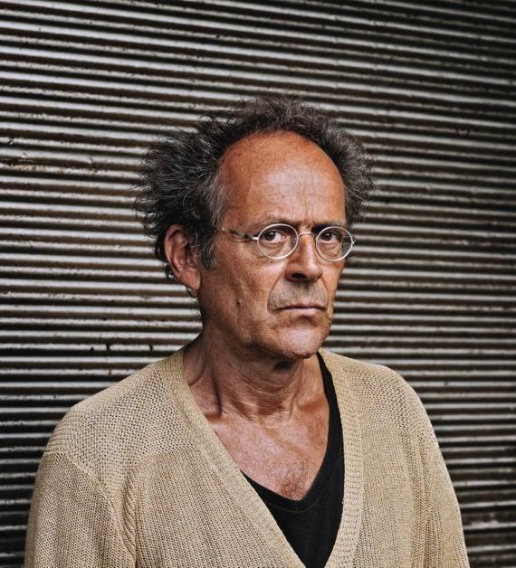 Бернар Стиглер -французский философ и антрополог, директор по исследованиям и иннвациям Центра Помпиду. Область интересо