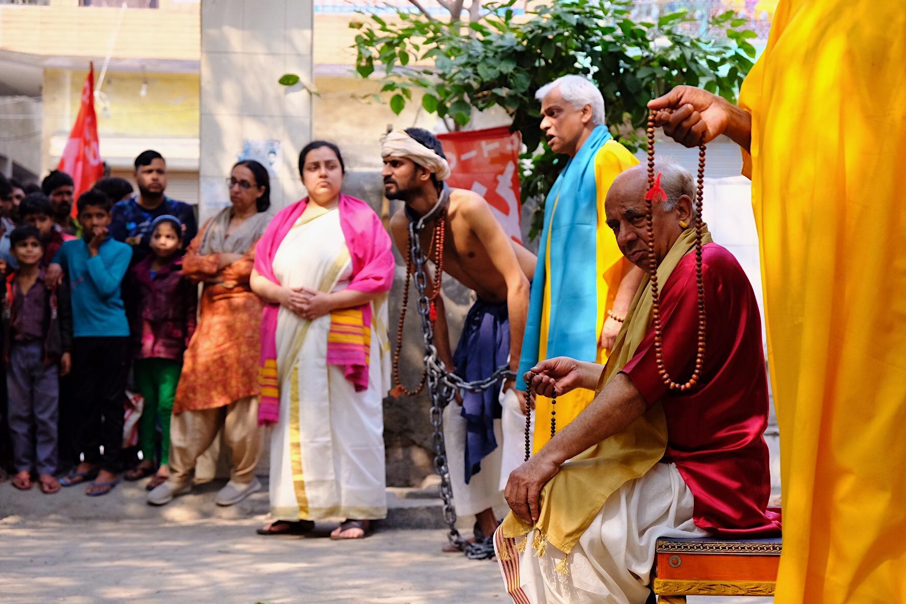 Члены труппы Jana Natya Manch играют пьесу о кастовом неравенстве в рабочем пригороде Дели. 2020. Фото: Наталья Гузеватая