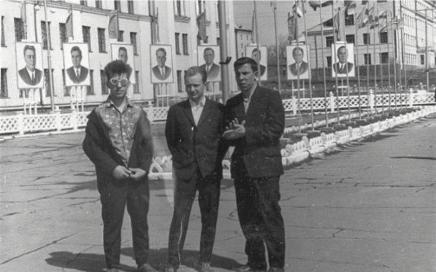 Стиляги из Хабаровска, около здания Института инженеров железнодорожного транспорта, перед портретами Политюро ЦК КПСС, н