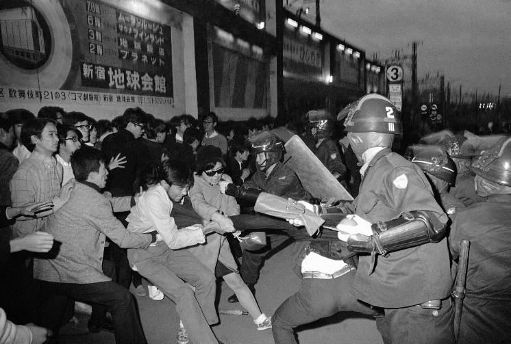 Перетягивание каната. Протестующие пытаются спасти задержанного участника. Токийский район Синдзюку 21 октября 1969 года.