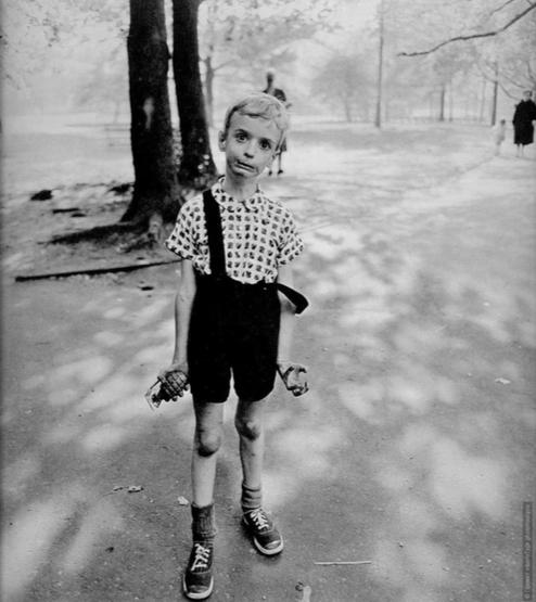 Вопреки мнению Дианы Арбус, один человек утверждал, что перед нами мальчик с сережкой (см. ноги из уха)