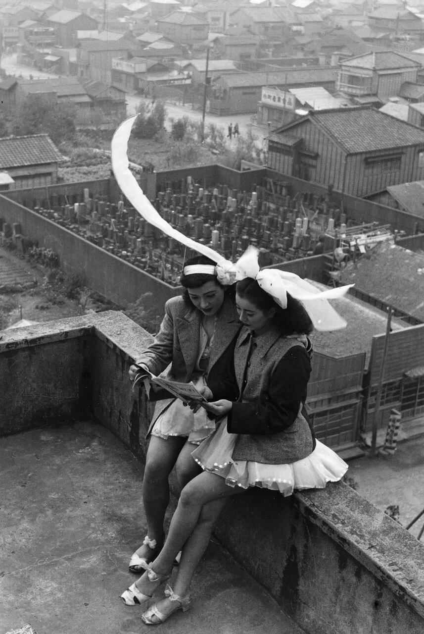 Такэёси Танума. Танцовщицы отдыхают на крыше театра SKD, Асакуса,Токио. 1949. Courtesy:https://tinyurl.com/s4f9ve9