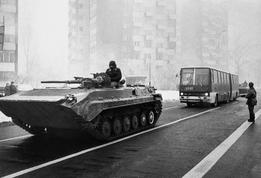 БТР на улицах Варшавы. Декабрь 1981