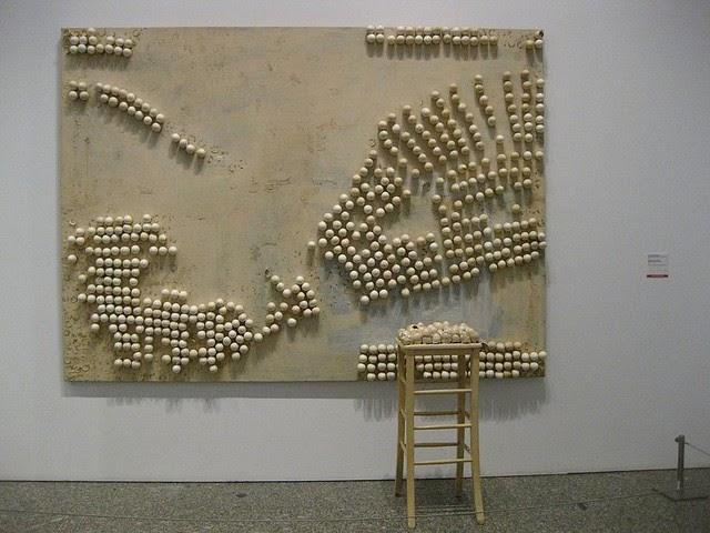 Марсель Бротарс, «Панно с яйцами и табуретом», 1966