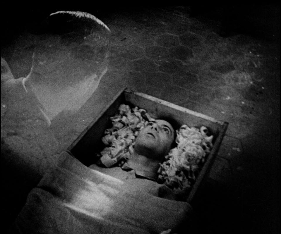 <b>Изображение 3.</b> Аллан Грей находит своё тело в гробу в доме сельского доктора.