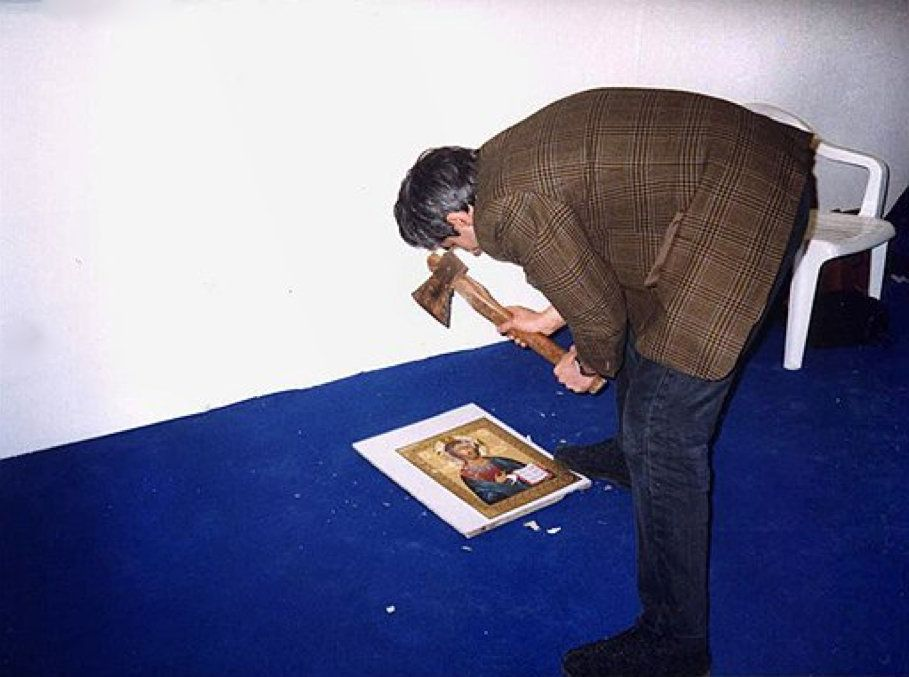 Авдей Тер-Оганьян. Юный безбожник. 1998. Акция в рамках «Школы современного искусства» на выставке «Арт Манеж», Москва