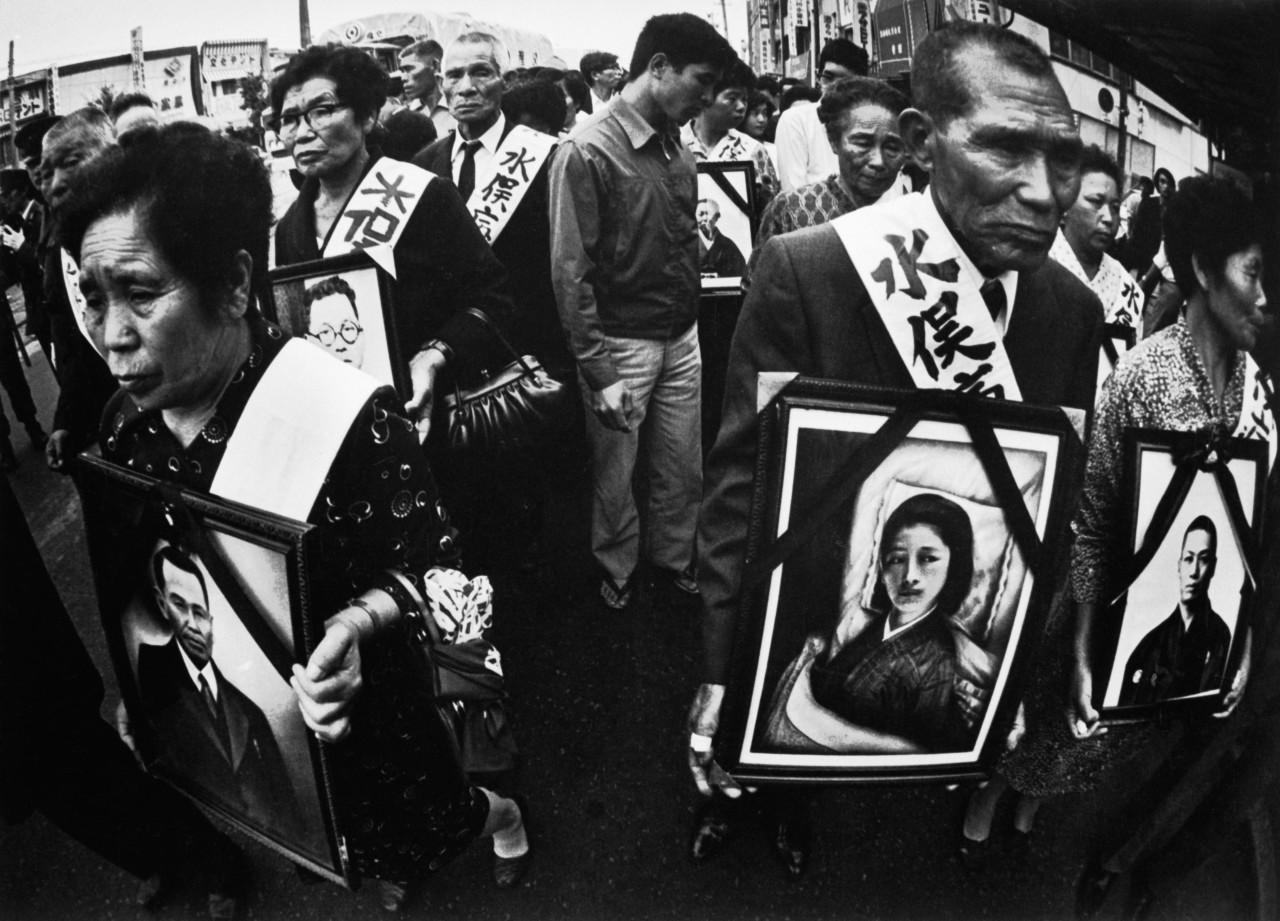 Родственники и близкие несут фотографии жертв болезни Минамата, Япония, 1972 г. © W. Eugene Smith   Magnum Photos