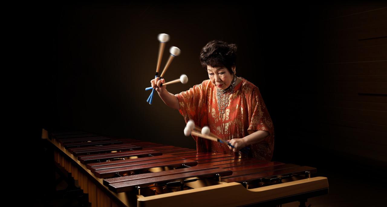 Кэйко Абэ за игрой на маримбе
