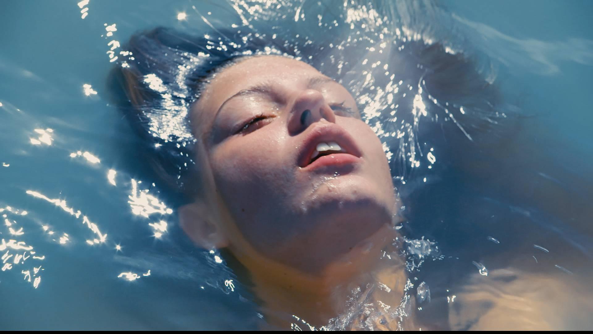 [Кадр 7]. Вода как катализатор тотальной диссолюции перед будущей кристаллизацией субъекта. Чистота и многогранность сине