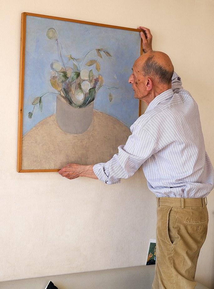 Виктор Голышев с картиной Эдуарда Штейнберга «Цветы». Фото: Георгий Кизевальтер