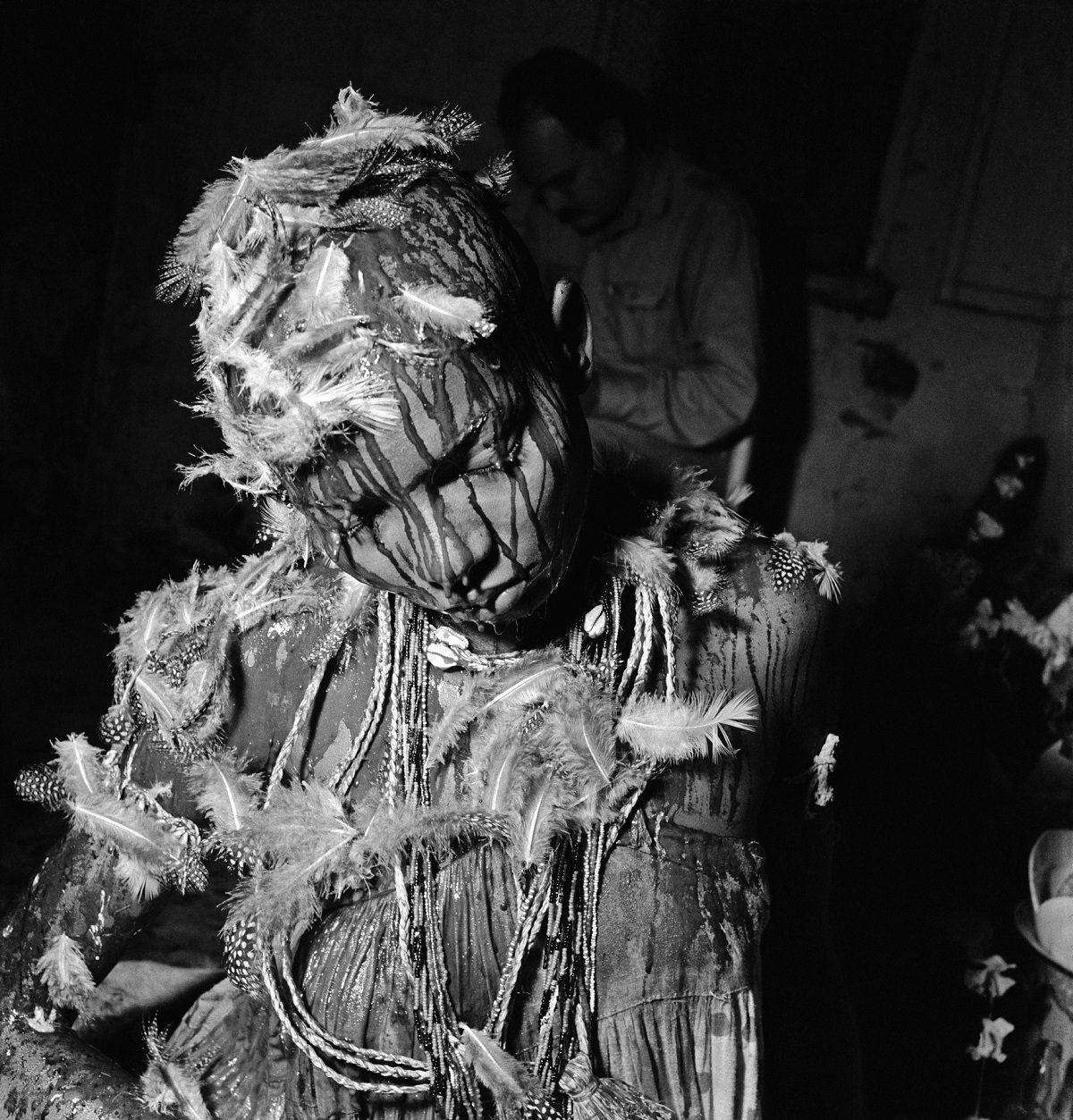 Посвящение в кандомбле. Бразилия, Баия, 1951. Фото Хосе Медейроса. Источник:https://catracalivre.com.br/criatividade/em-