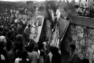 Студенты сжигают портреты Э.Ходжи. Тирана, февраль 1991 года