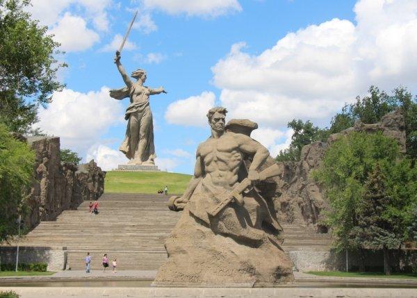 Мемориальный комплекс Мамаев курган в Волгограде построен в 1959-1967 гг. под руководством скульптора Е. Вучетича в памят