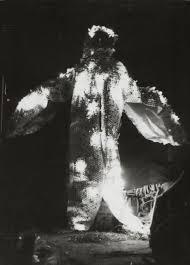 Ацуко Танака. «Электрическое платье». (1956) Courtesy:https://tinyurl.com/vtock7j