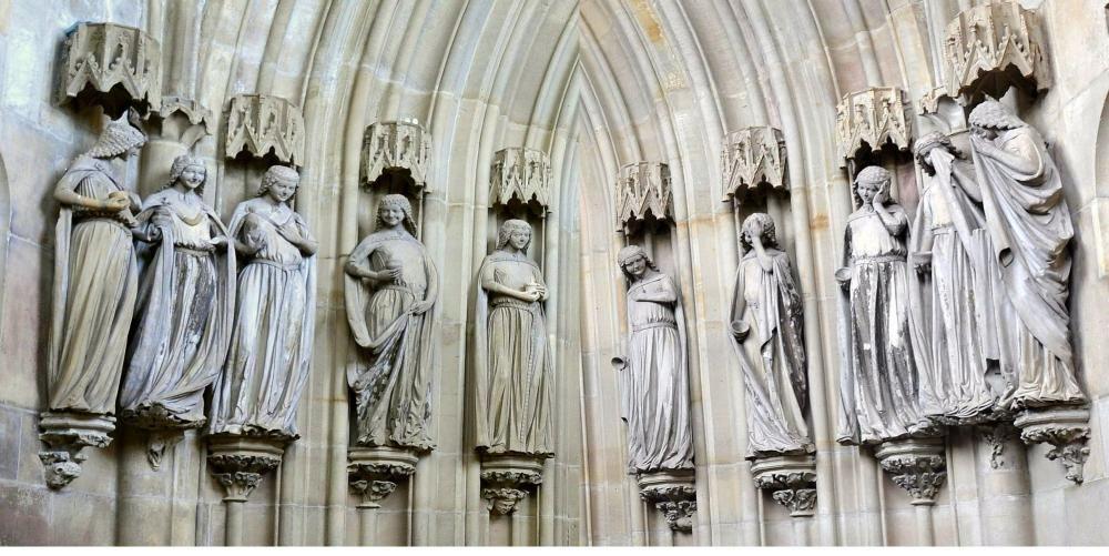 Разумные и неразумнные девы. Скульптура в Магдебургском соборе. (Неразумные девы— справа, мудрые девы— слева)