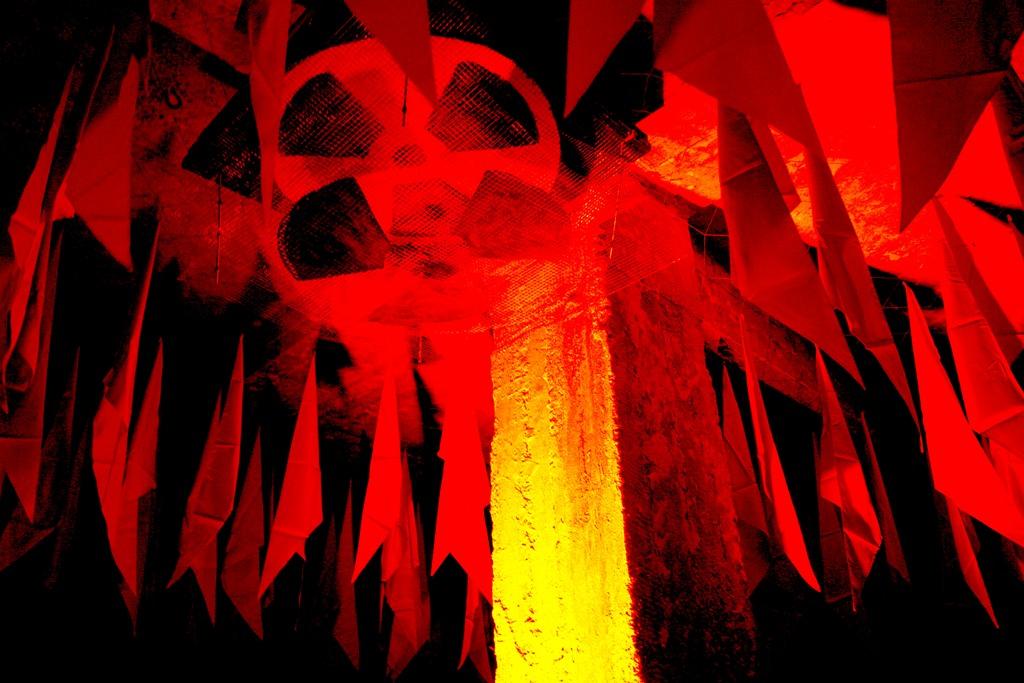 """Невероятная зона с 500 пионерскими галстуками """"Будь Готов"""" от Олега Харченко, напоминавшей о первомайскую демонстрацию 19"""