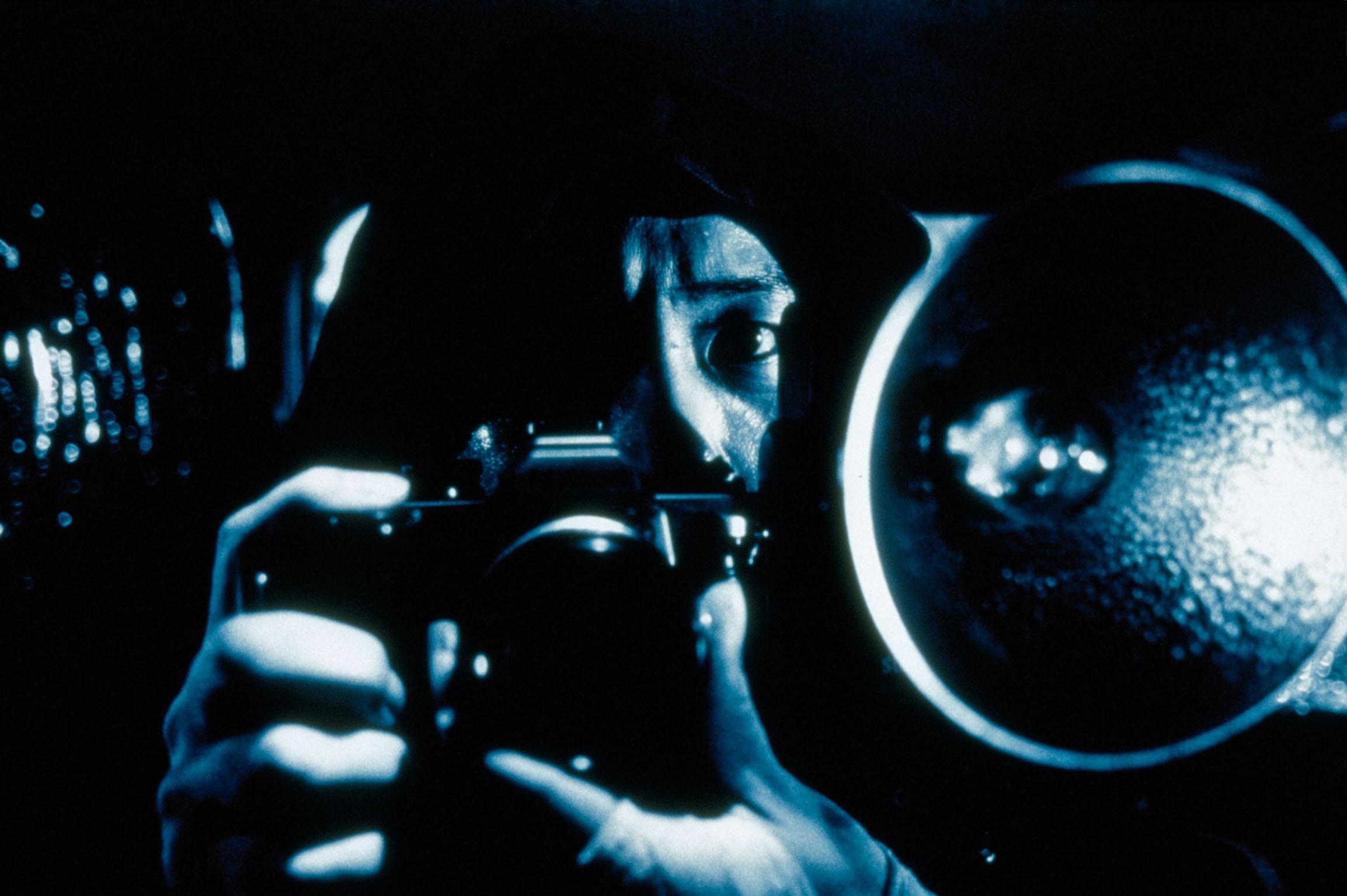 <i>Синья Цукамото в роли вуайериста в «Июньском змее», 2002</i>