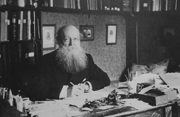 Петр Кропоткин за рабочим столом. Фотография из <a>виртуального музея П.А.Кропоткина</a>
