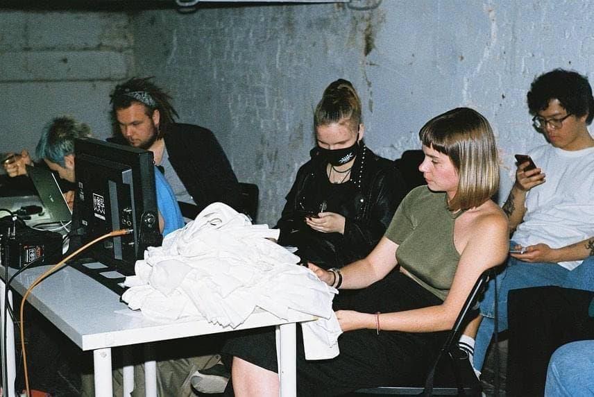 Режиссёр Маша Пронина и команда на съёмках клипа«Поле чудес». Фото: Даня Якушов