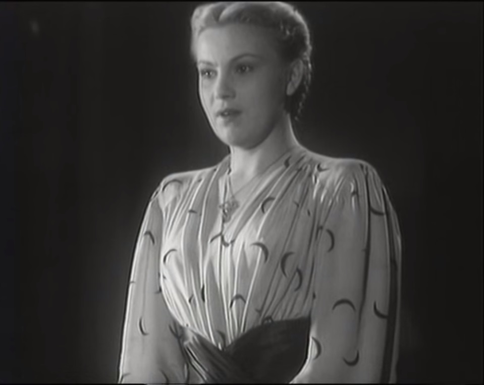 Эльвира Луценко в роли чтицы.