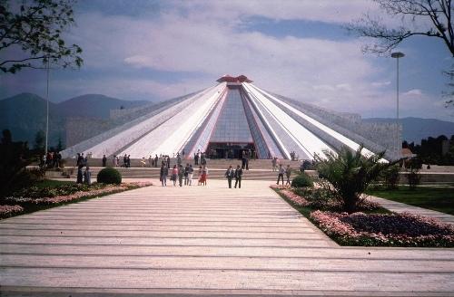 «Пирамида», построенная в 1980-е в центре Тираны — пример тоталитарной архитектуры по-албански