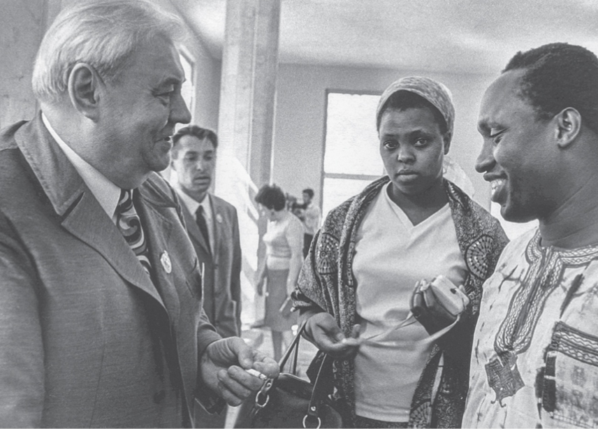 Lotus Prize recipient Ngũgĩ wa Thiong'o shakes hands with Anatoly Sofronov, deputy head of the Soviet Committee for Solid