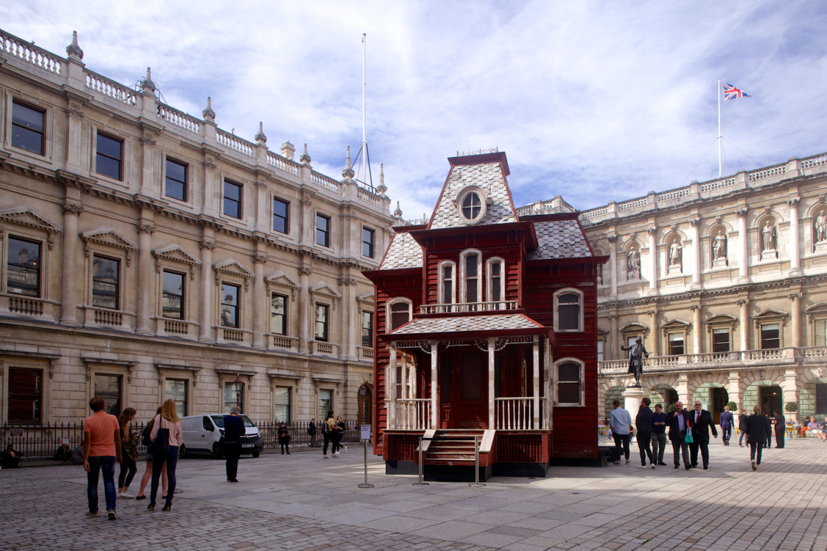 Инсталляция Корнелии Паркер «Психоамбар» во дворе Королевской академии художеств, Лондон,2019