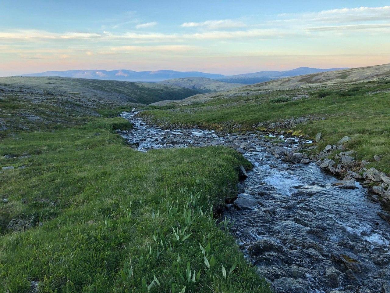 Непроизносимая саамская речка, текущая с Хибинских гор в Ловозерье; непроизносимая - потому что Капитан забыл название