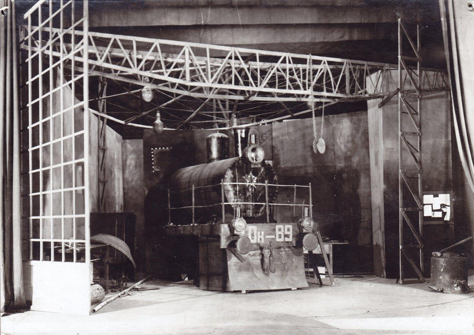 """Сцена из спектакля """"Рельсы гудят"""", 1929 г."""