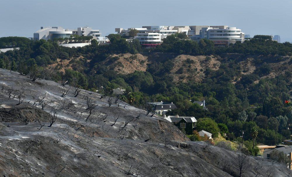 Центр Гетти за обгоревшим склоном холма, конец октября 2019 © FREDERIC J. BROWN / AFP via Getty Images