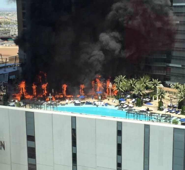 Пожар на крыше отеляThe Cosmopolitan в Лас-Вегасе в 2015 году
