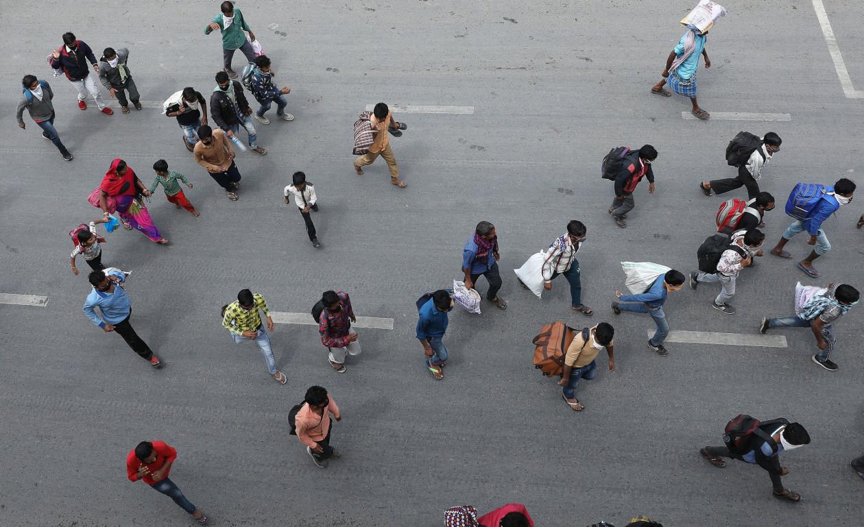 Трудовые мигранты на шоссе, ведущем из Дели, направляются домой в свои деревни © Rajat Gupta/EPA-EFE/Shutterstock