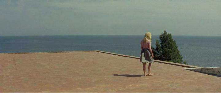 Брижит Бардо на смотровой площадке, она же терраса, она же крыша, она же солярий